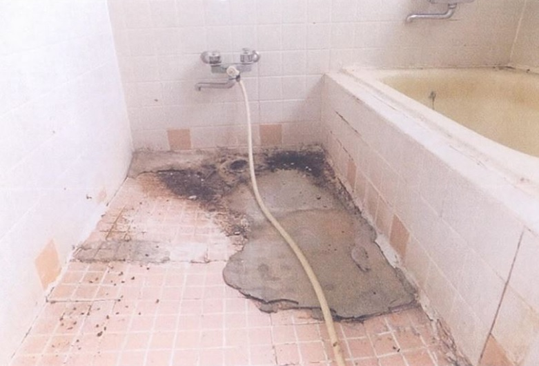 風呂の洗い場が陥没した様子